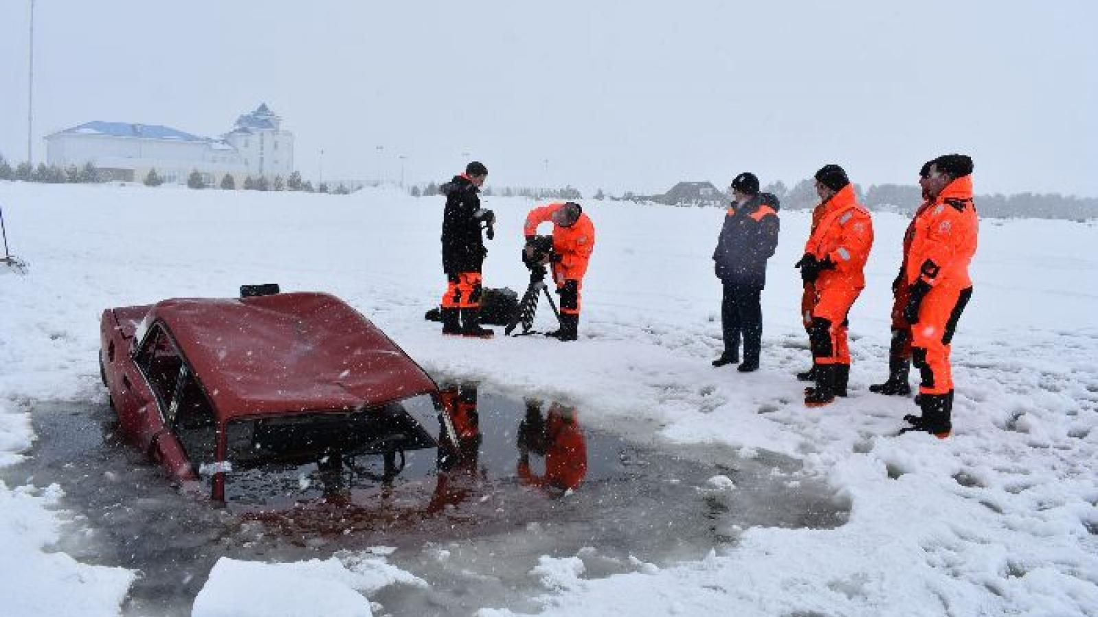 Вытегорские спасатели утопили машину