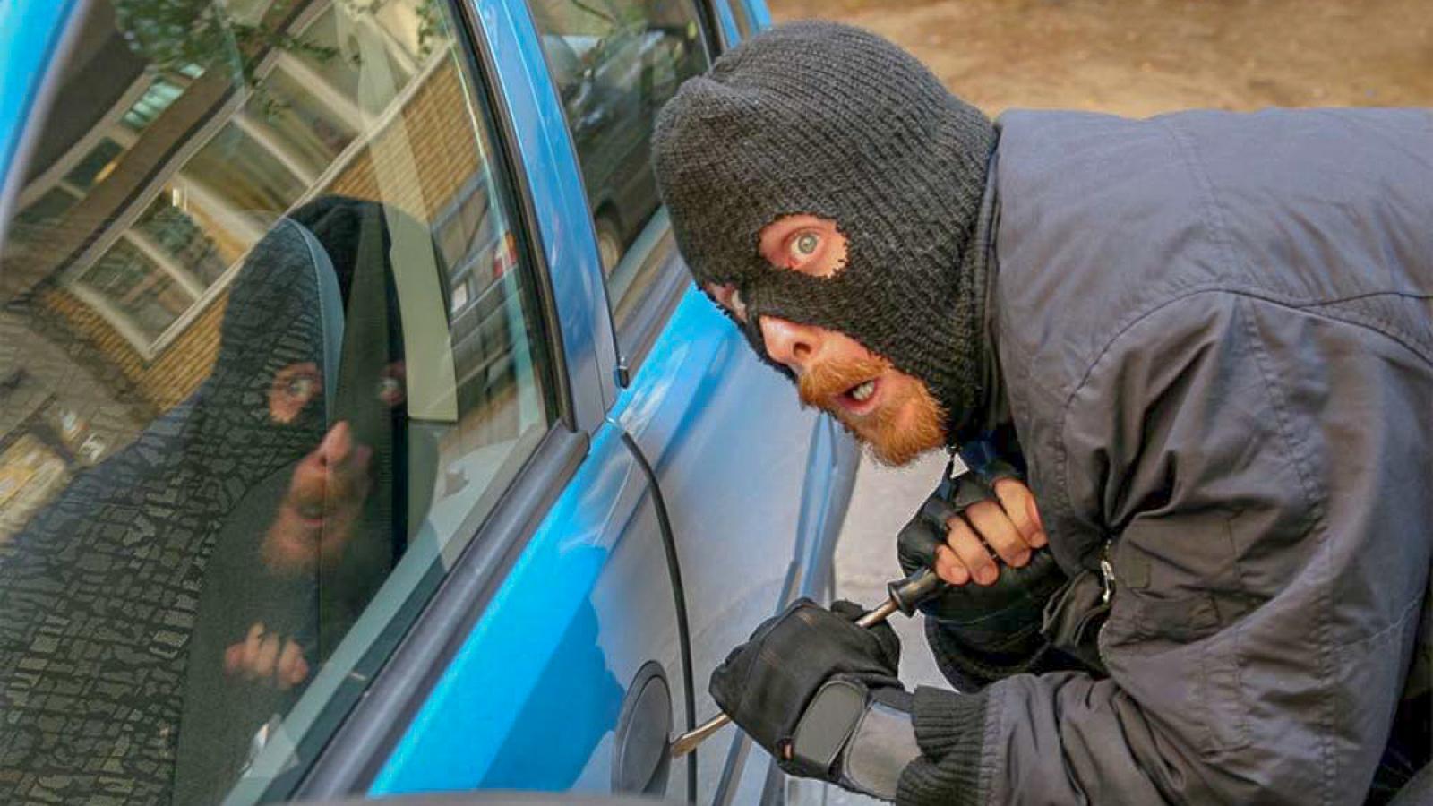 2 жителей Тарноги угнали авто и забыли в нем паспорт