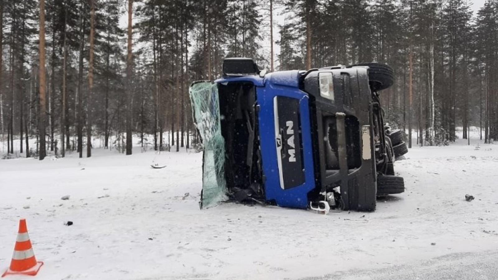 Водитель грузовика погиб в ДТП