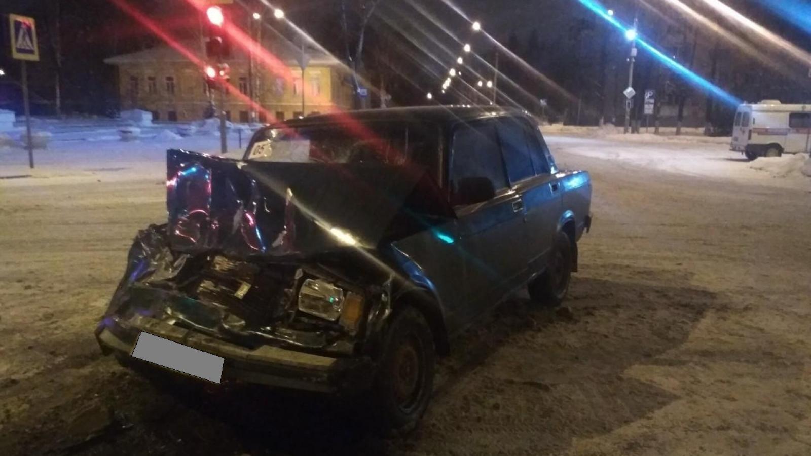В Вологде ВАЗ проехал на «красный»: двое пострадавших