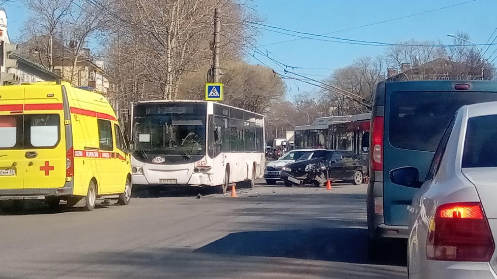 Легковушка попала под автобус в Вологде