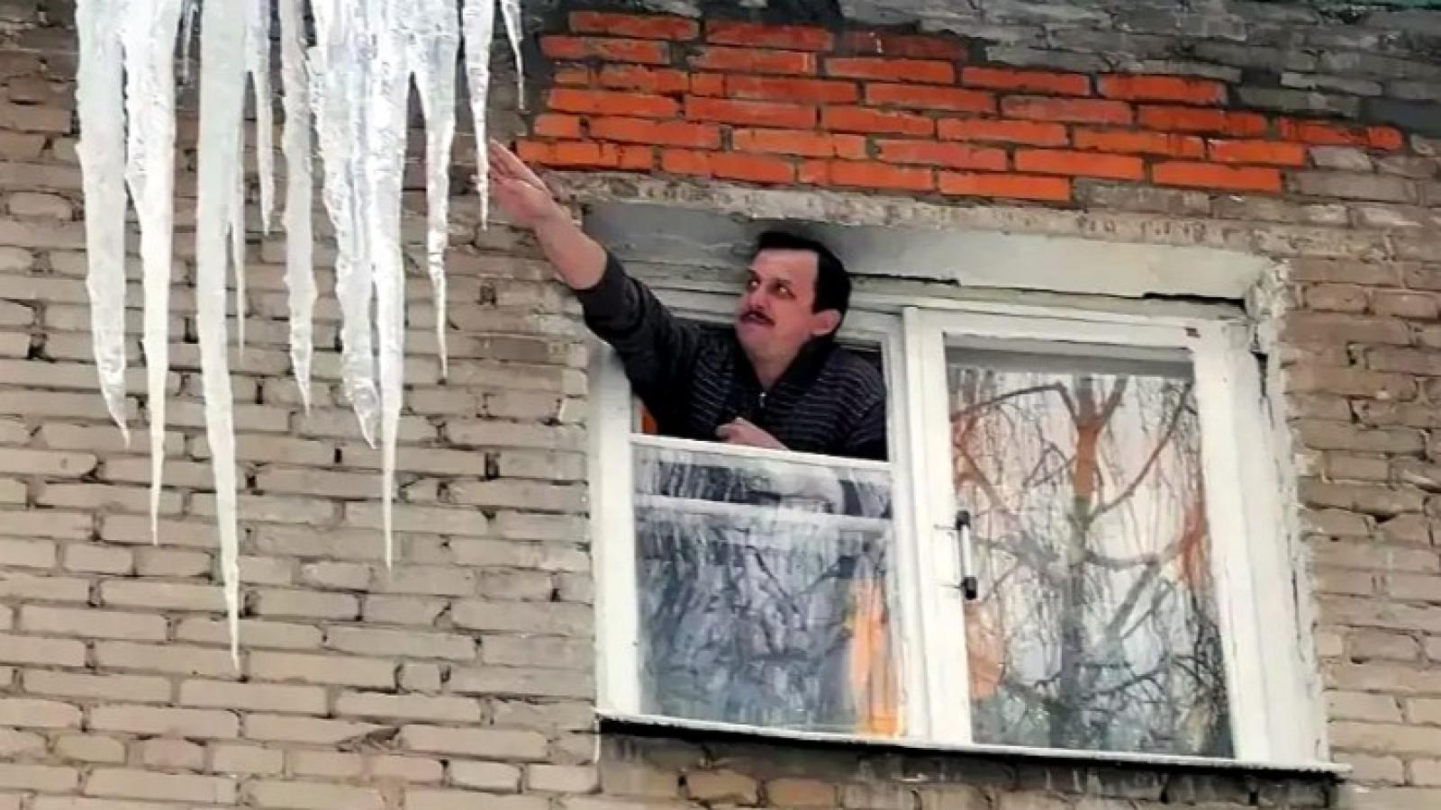 Вологжанин сбивал сосульки и выпал из окна