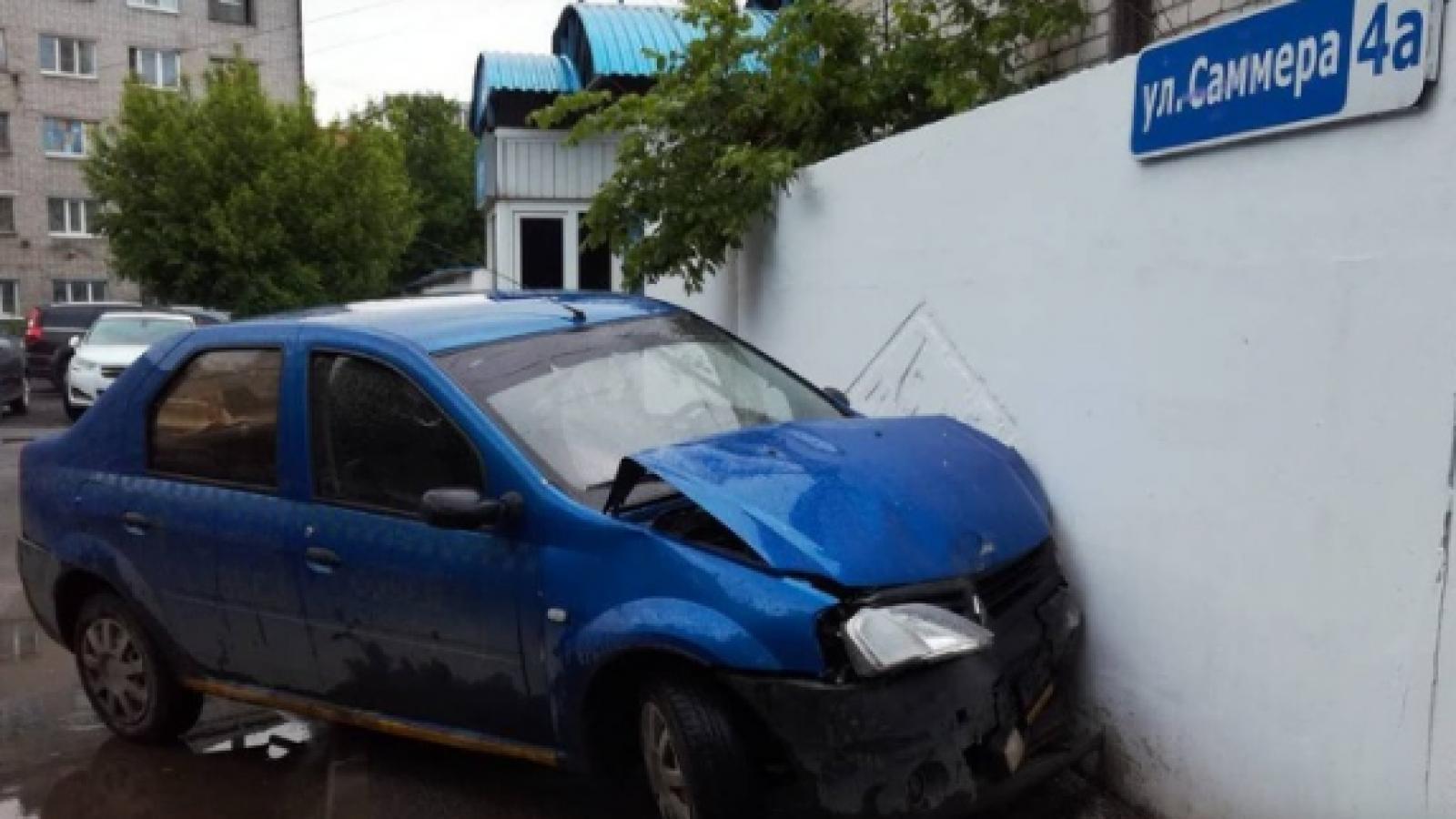 Три автомобиля и бетонный забор протаранила пьяная девушка в Вологде