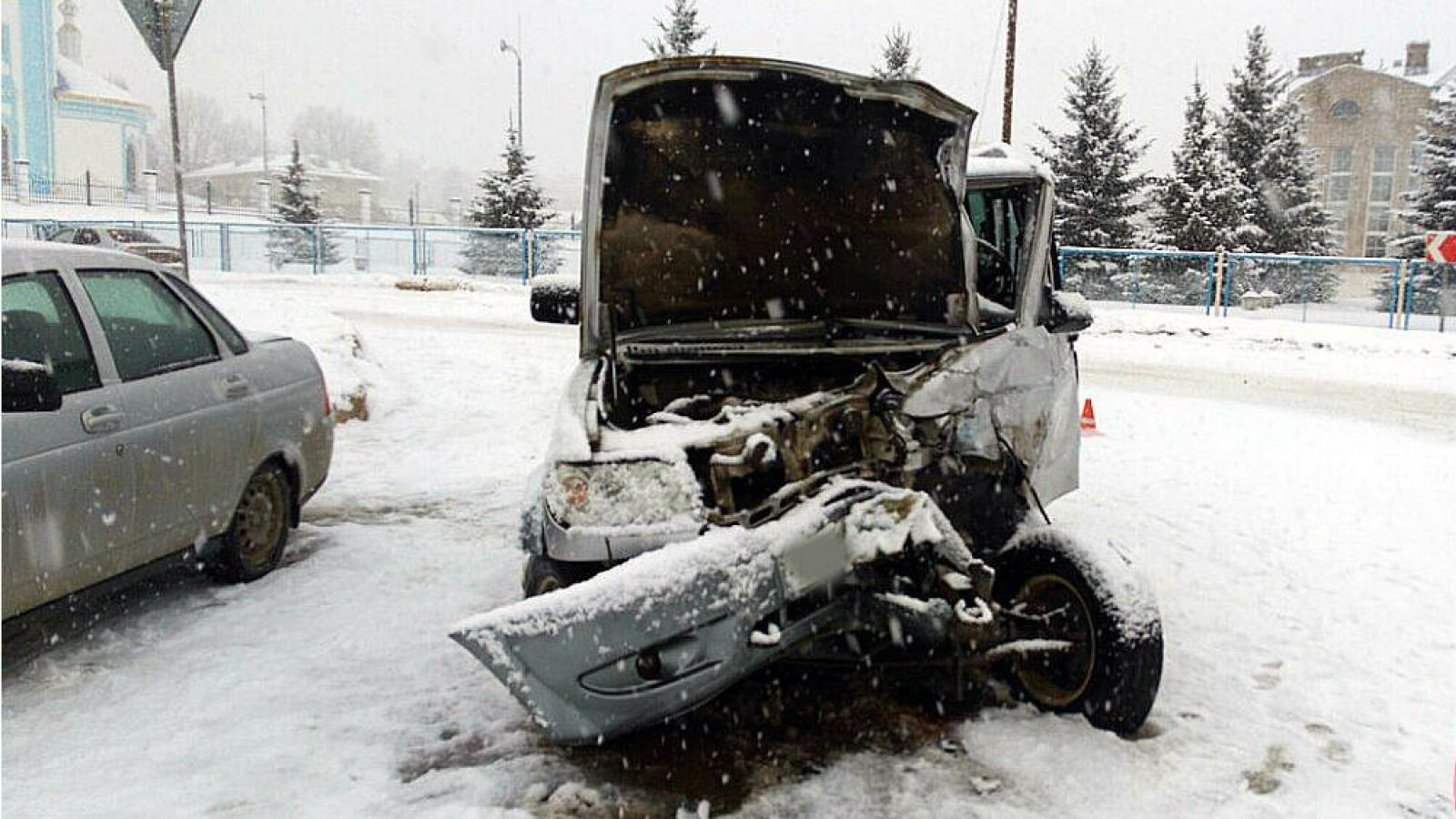 В Шексне автобус протаранил УАЗ «Патриот»