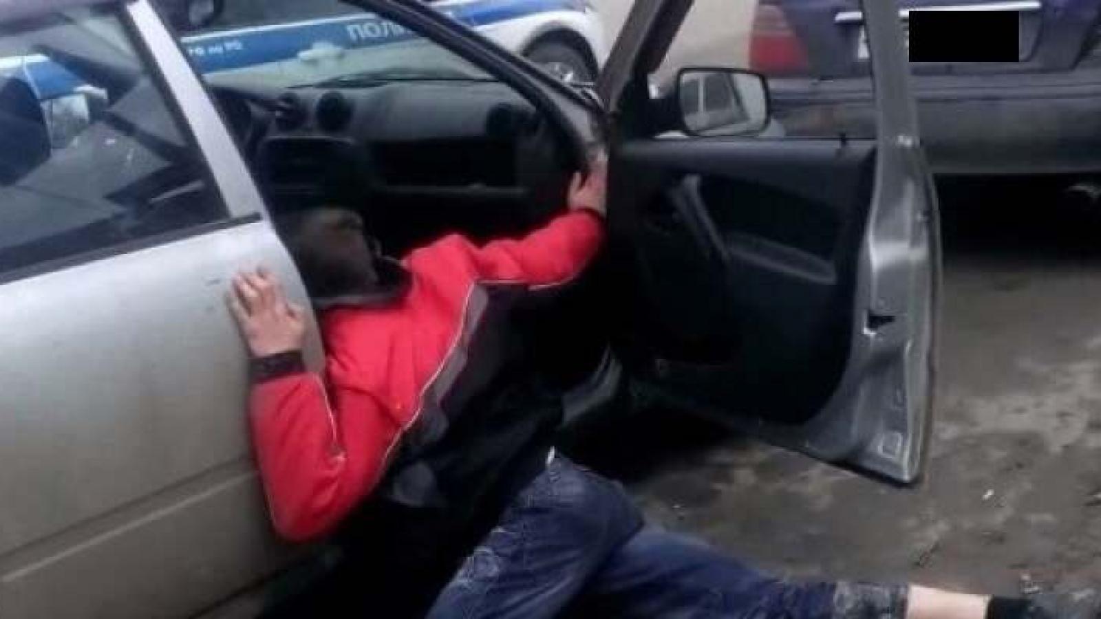 Водитель был так пьян, что выпал из машины