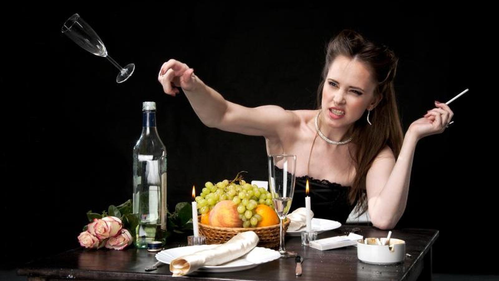 Пьяная женщина устроила дебош в кафе Череповца
