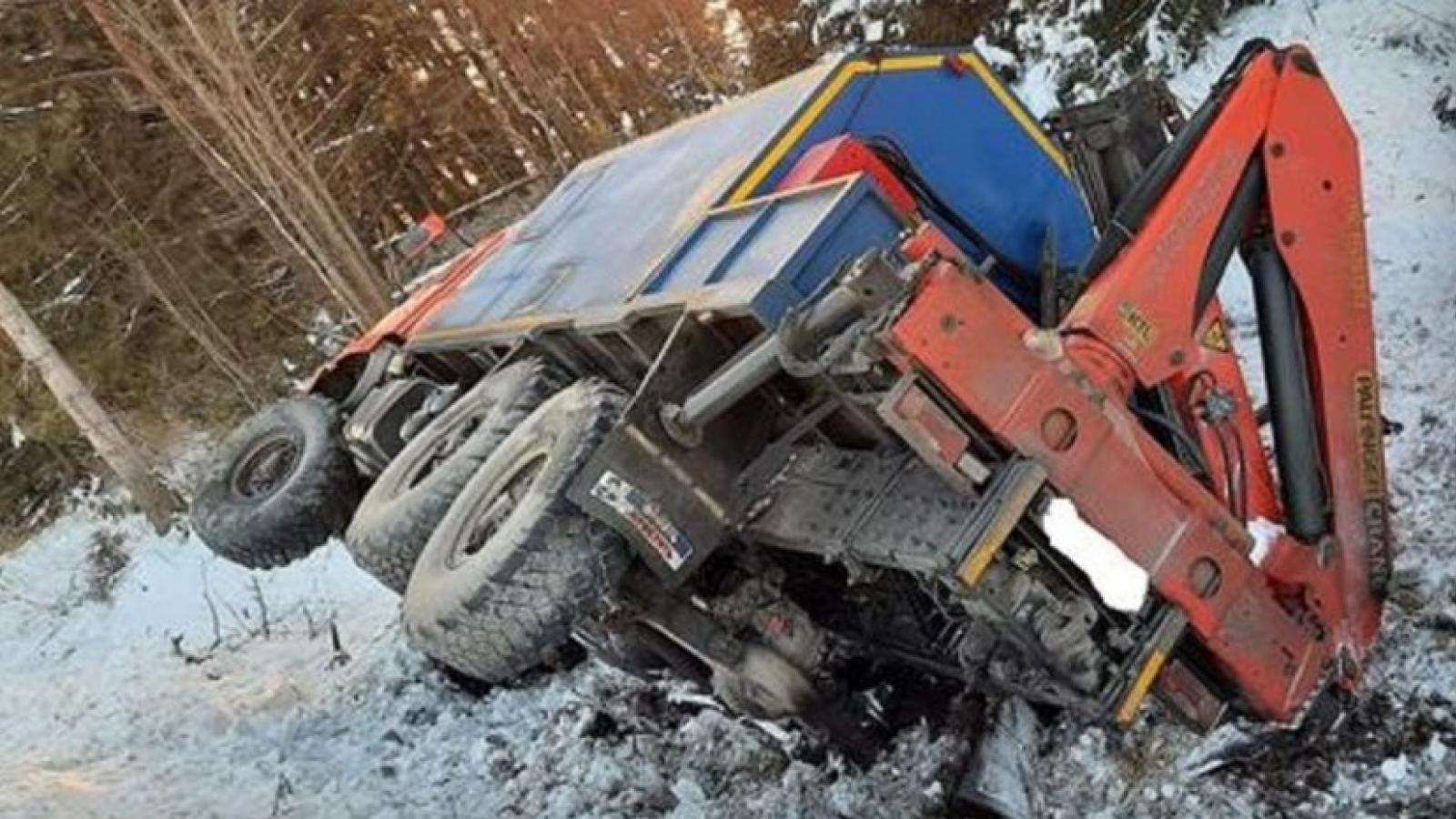 Легковушка сбила грузовик с дороги