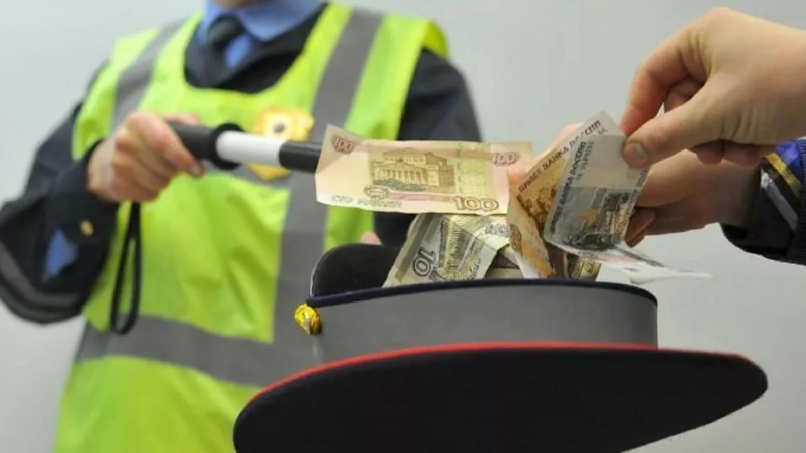 Инспектора ДПС поймали на взятках