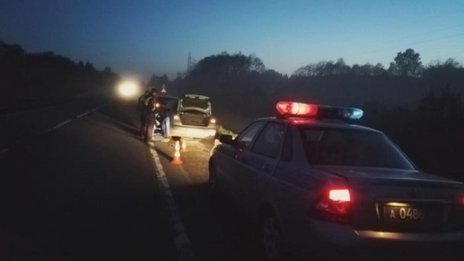 Сотрудники ГИБДД помогли водителю, пробившему колесо