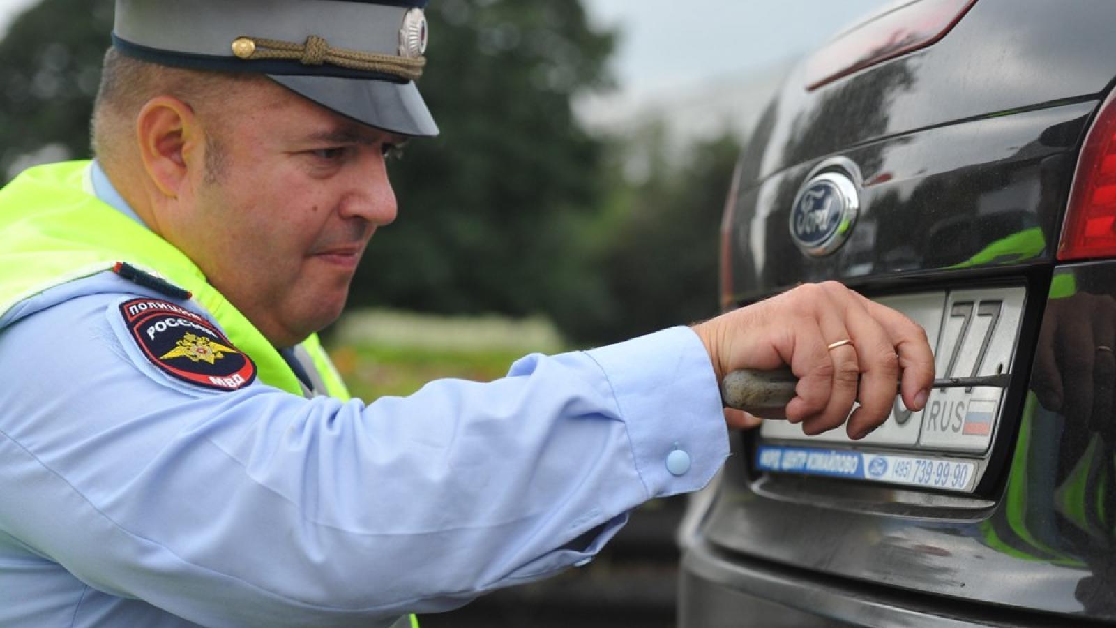 Сотрудники ГИБДД больше не смогут снимать номера с автомобилей