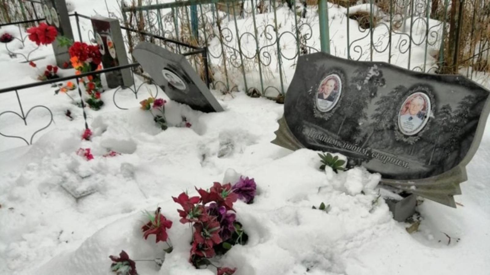 Вандалы разгромили кладбище