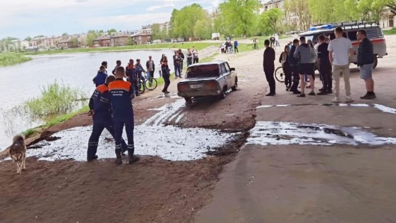 «Жигули» утонули в реке Вологде