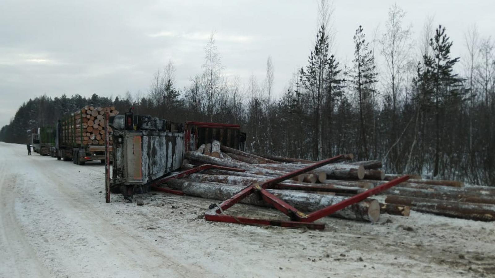 В Вологодской области на трассах опрокинулись два большегруза