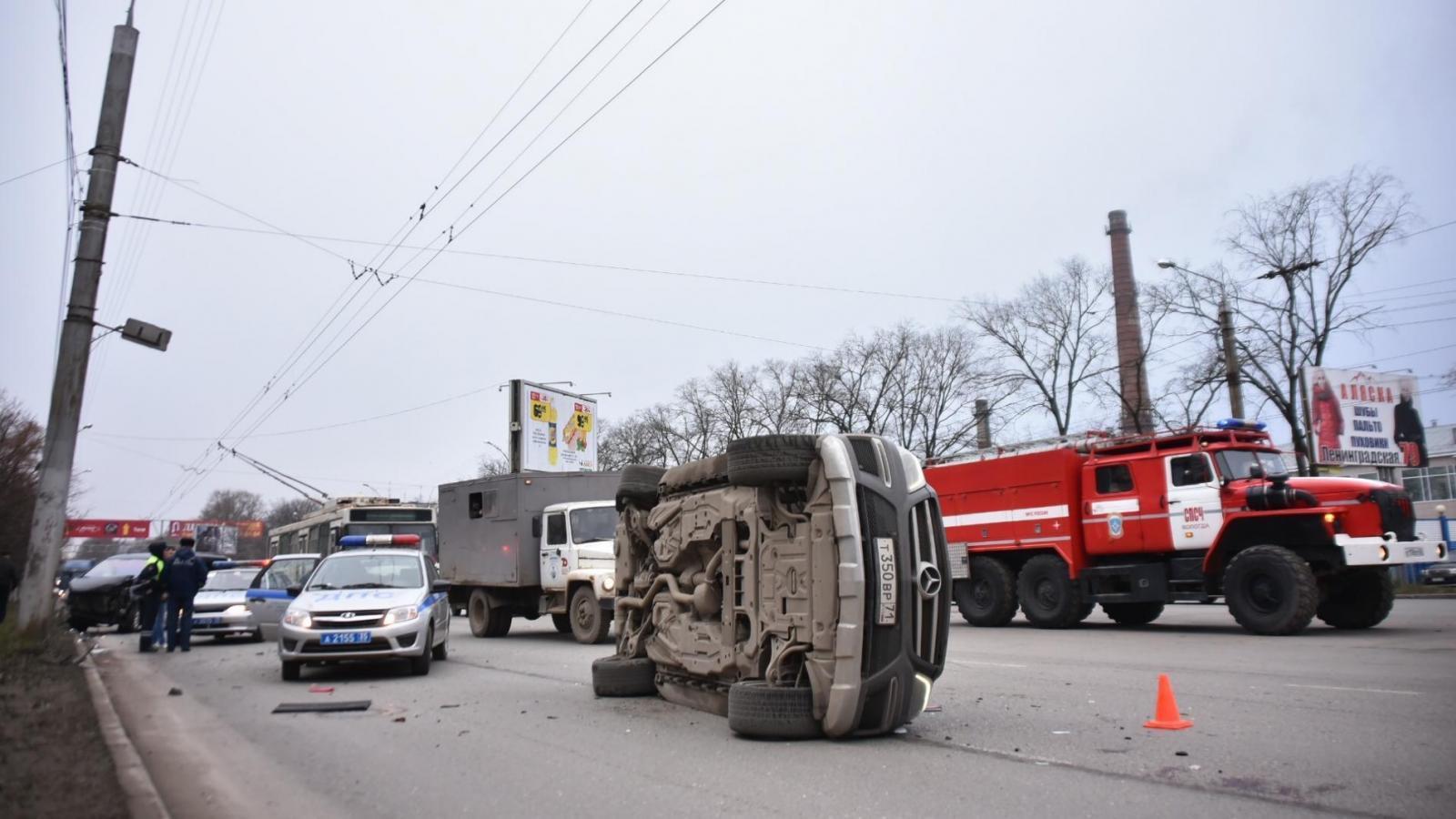 Тройное ДТП: Mercedes перевернулся, есть пострадавший