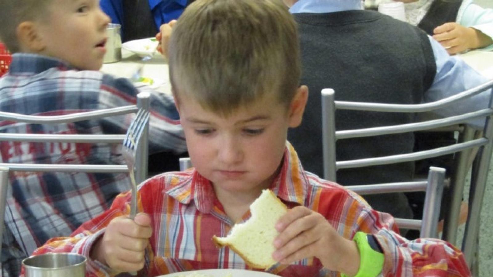 Детей кормили сомнительным сыром