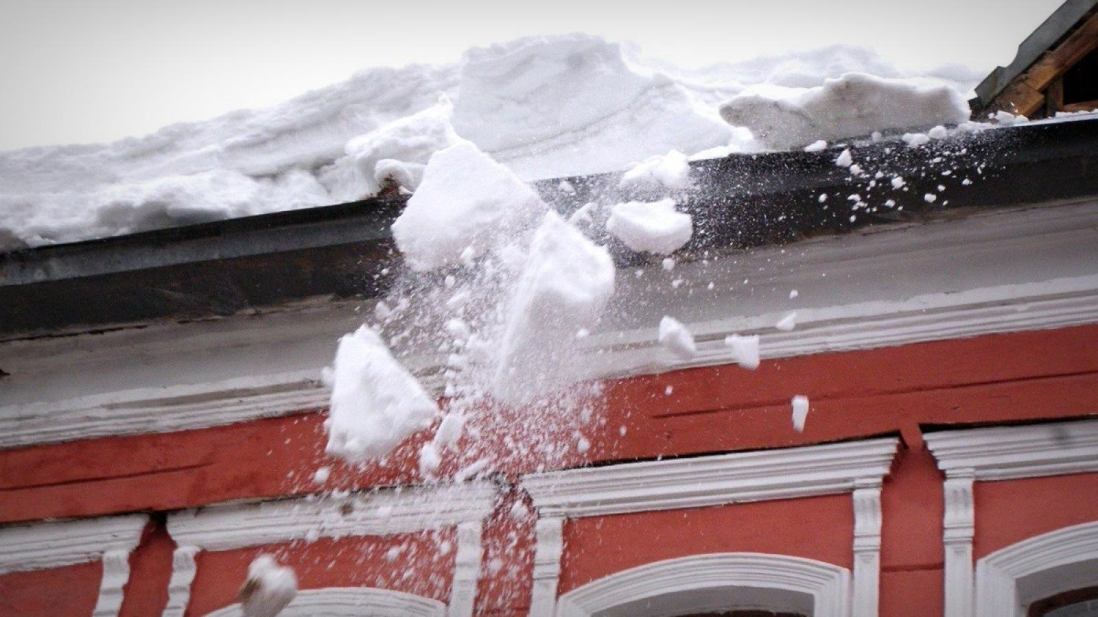 На 96-летнюю череповчанку упала глыба спрессованного снега