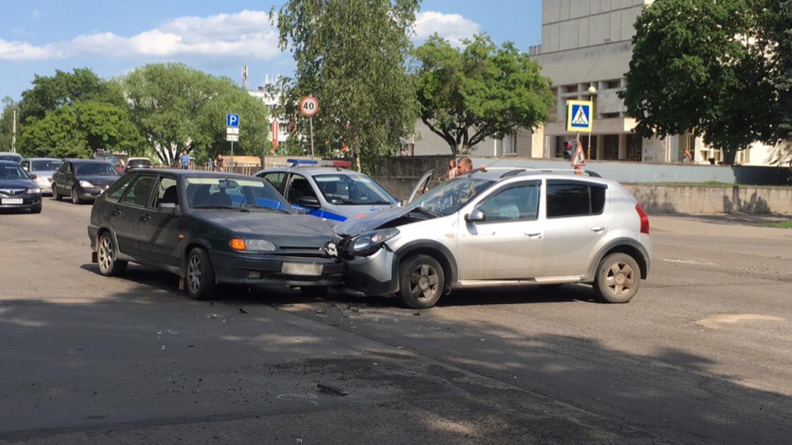 ВАЗ и «Рено» столкнулись в центре города
