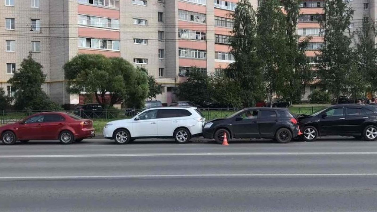 Водитель без прав повредил 4 машины