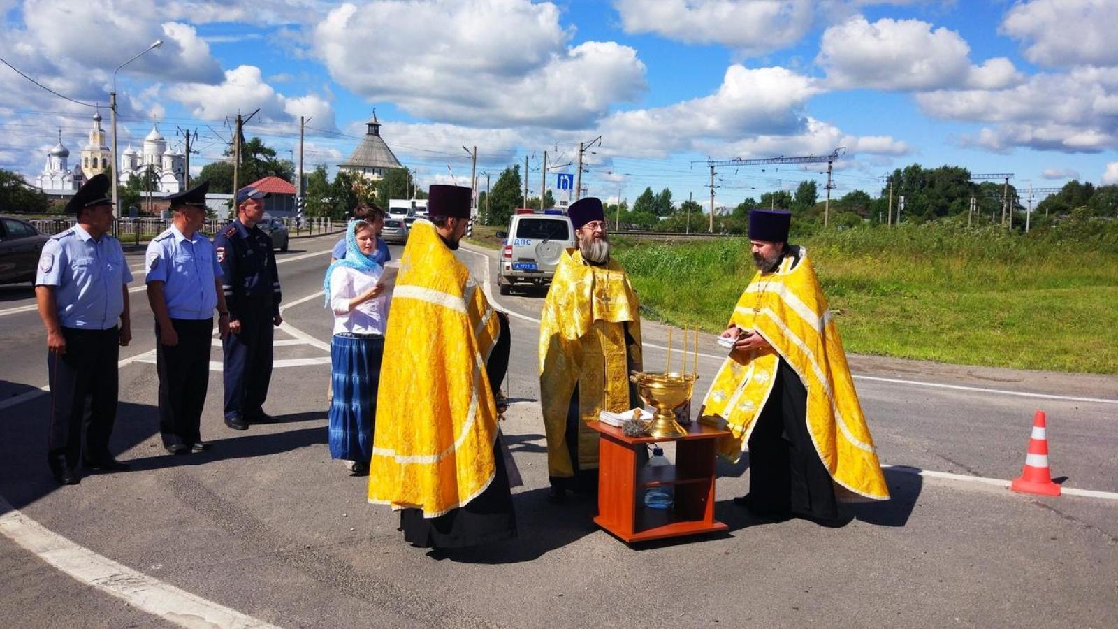 Вологодские дороги с высокой степенью аварийности освятили служители церкви