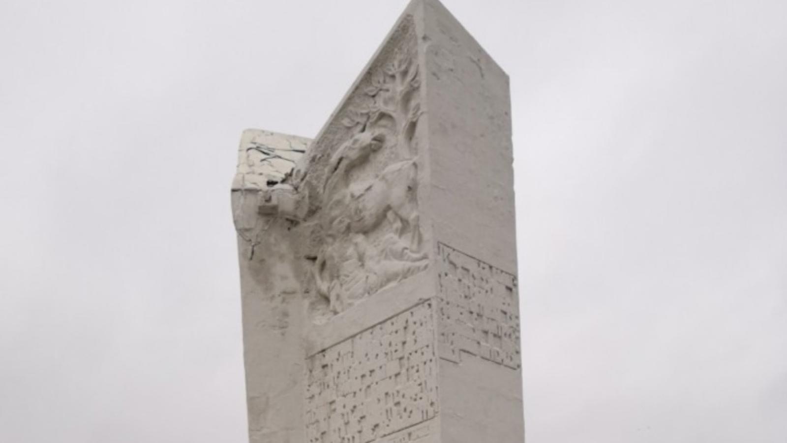 На площади Революции разрушается «Зуб»