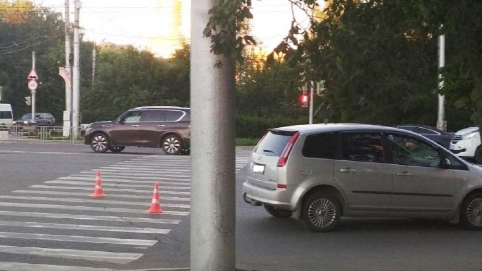 Юношу и девушку сбили в центре Вологды