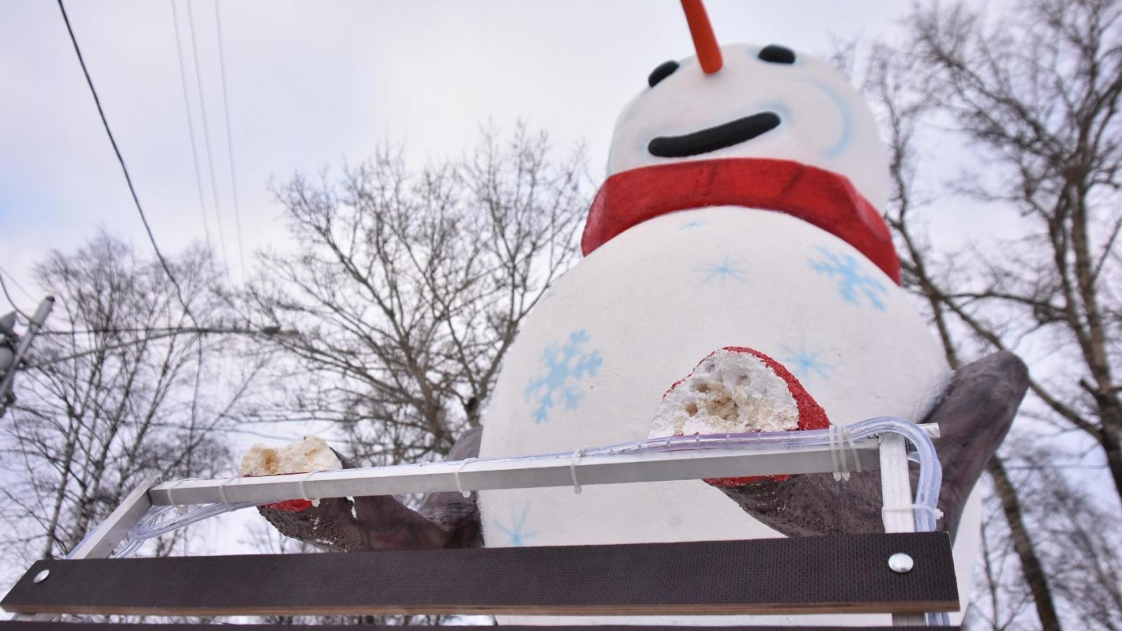 Вандалы осквернили снеговика