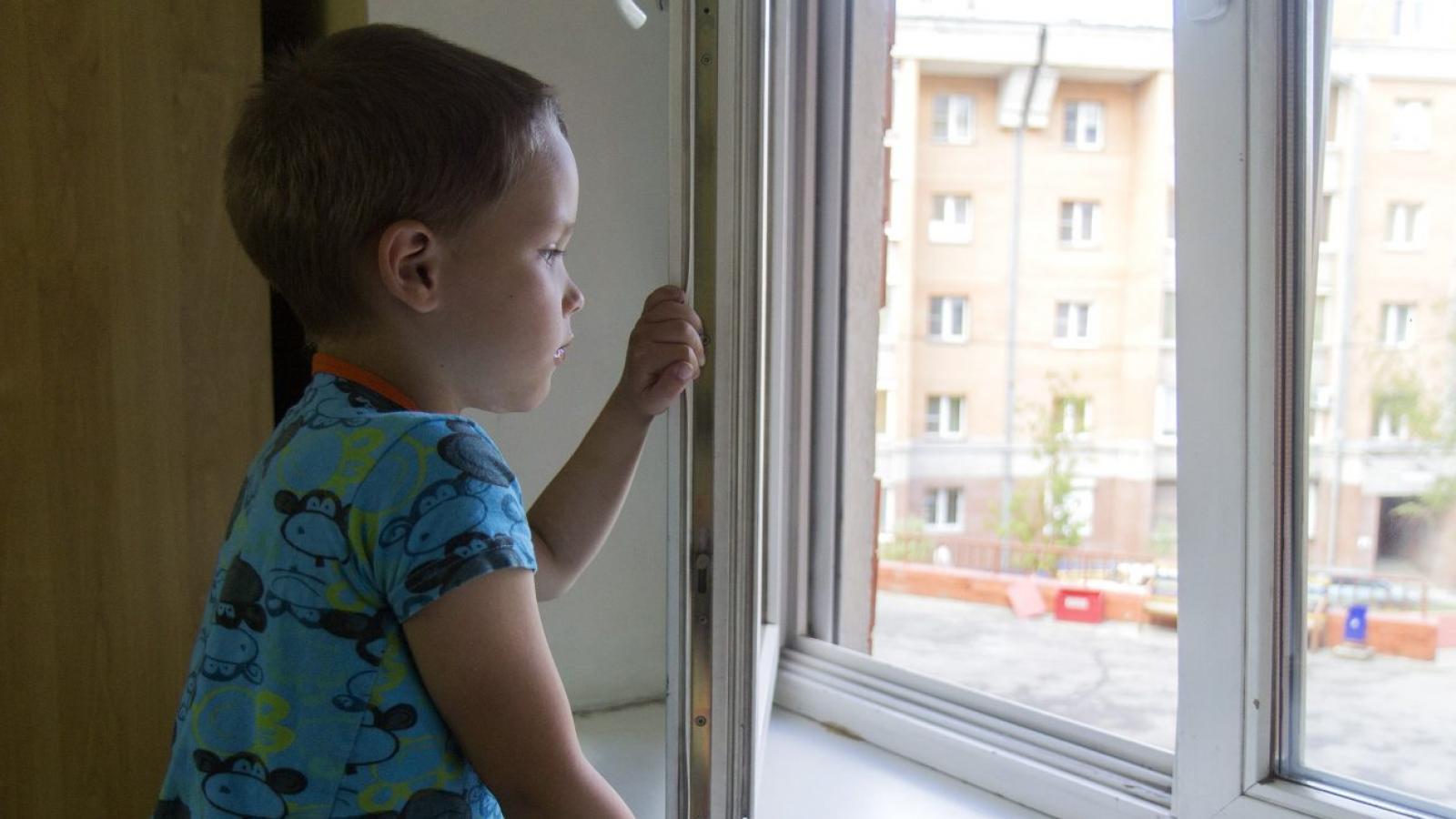 Осудили череповчанку, сын которой выпал из окна
