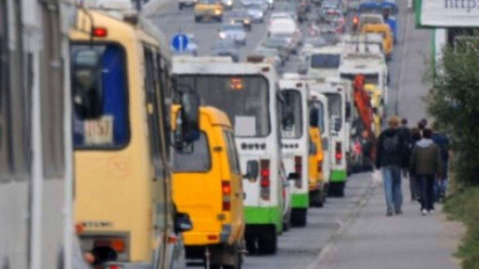 Автобусам выделили полосу — и они встали