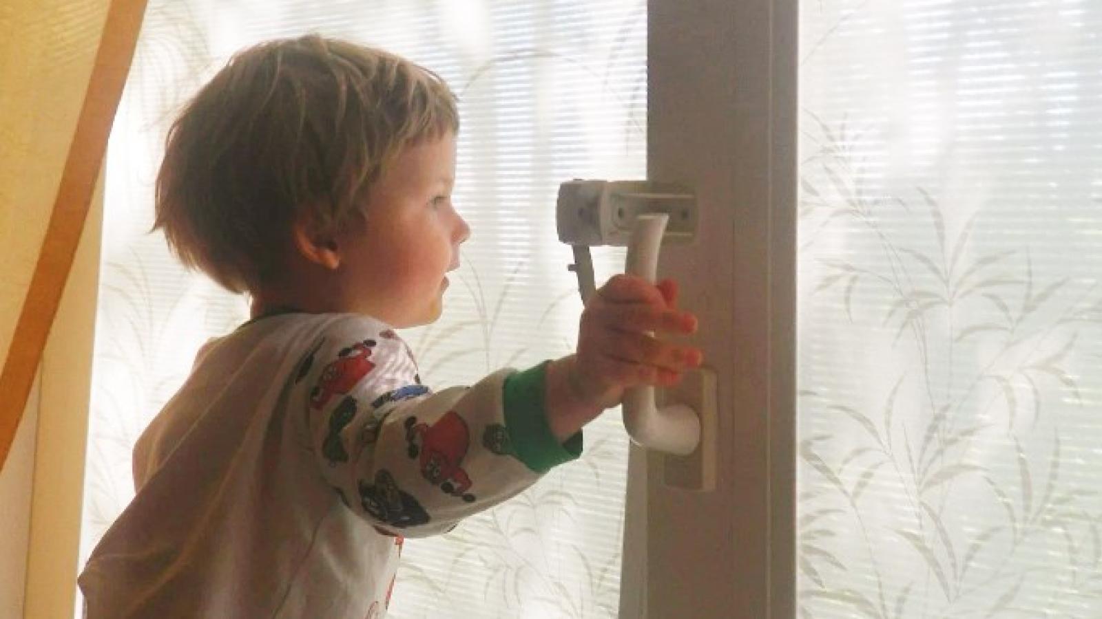 Малыш выпал из окна в Вологде