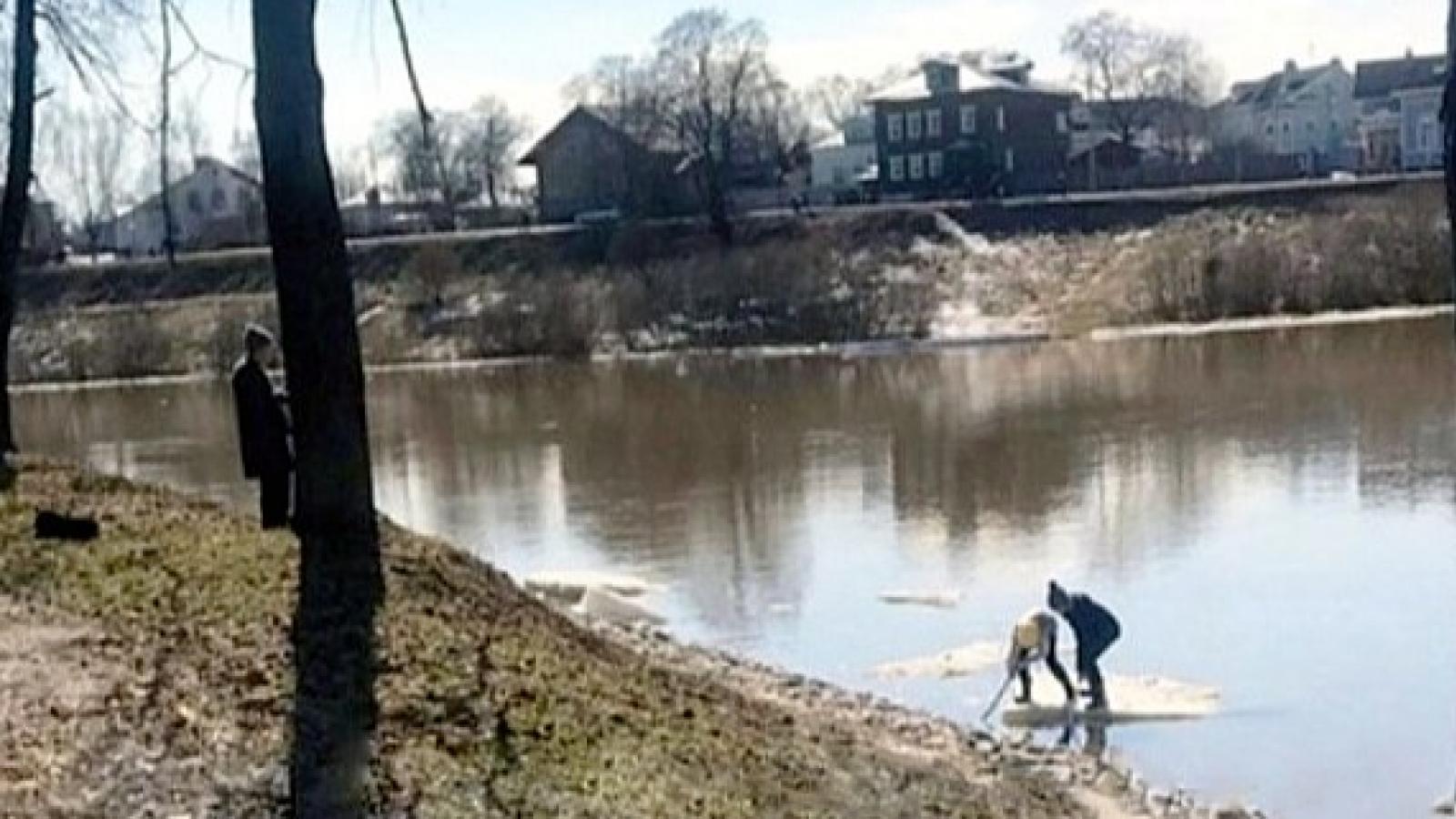 В Вологде школьники катались на льдине
