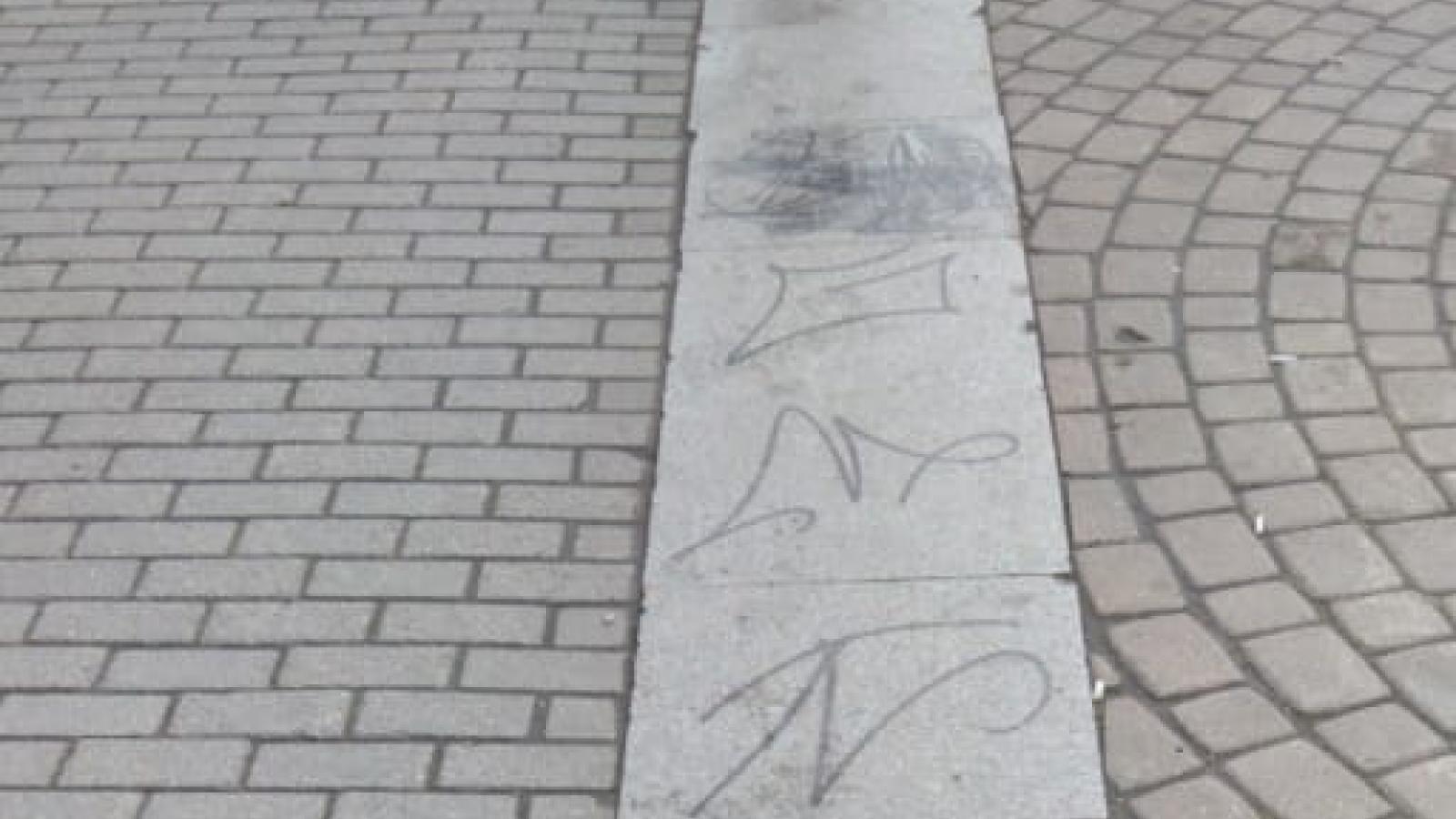 Подростки изрисовали площадь у ЦУМа