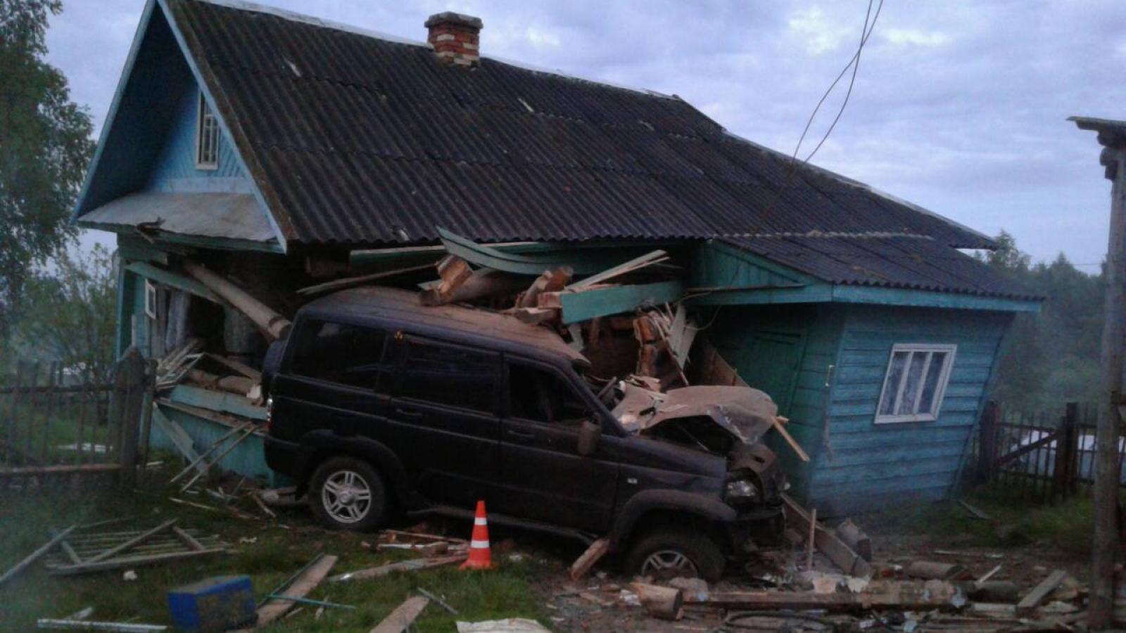 УАЗ «Патриот» протаранил жилой дом в Череповецком районе