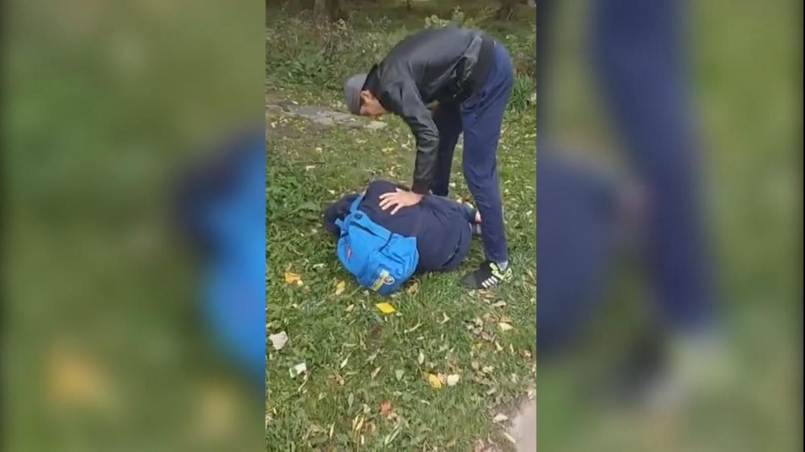 В Череповце подросток избивал на камеру людей