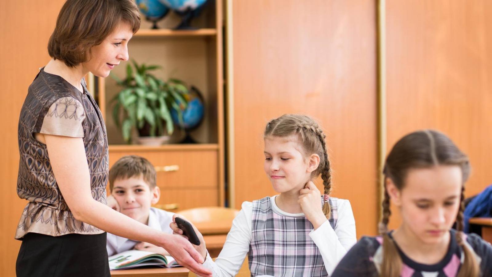 Школьникам запретят пользоваться мобильными во время уроков