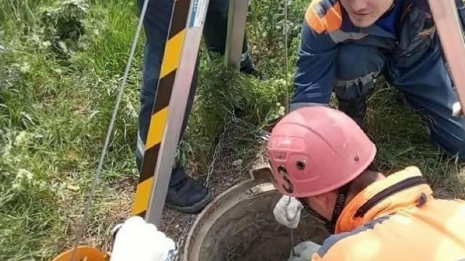 Работники ЖКХ потеряли сознание в колодце
