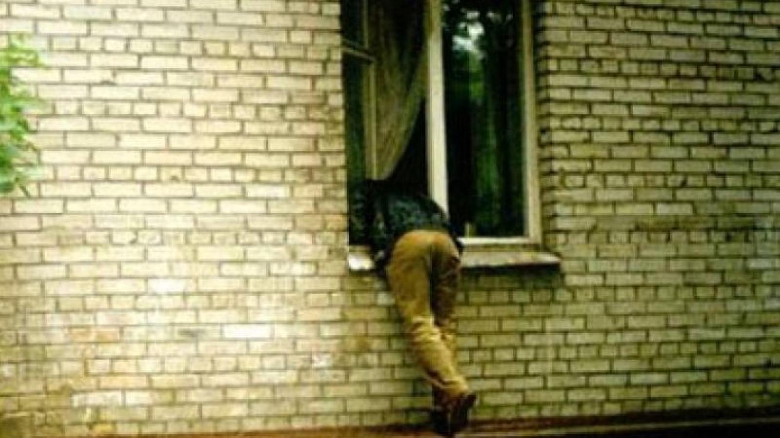 картинка как мужик лезет в окно фокс