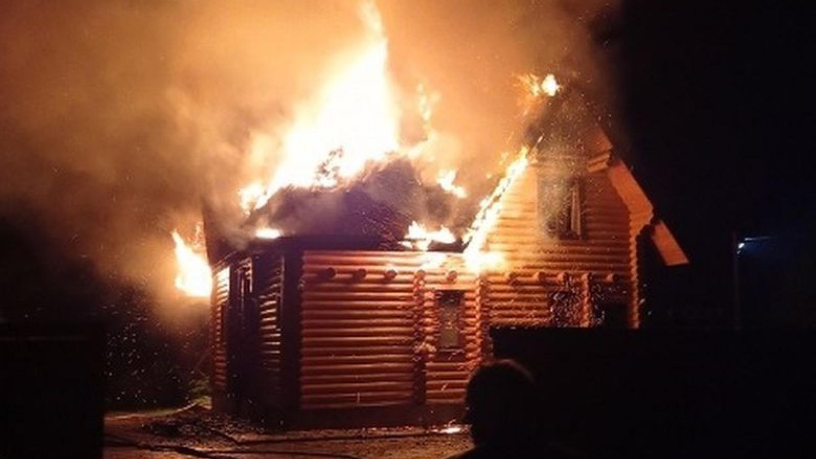 Дом под Вологдой загорелся от удара молнии
