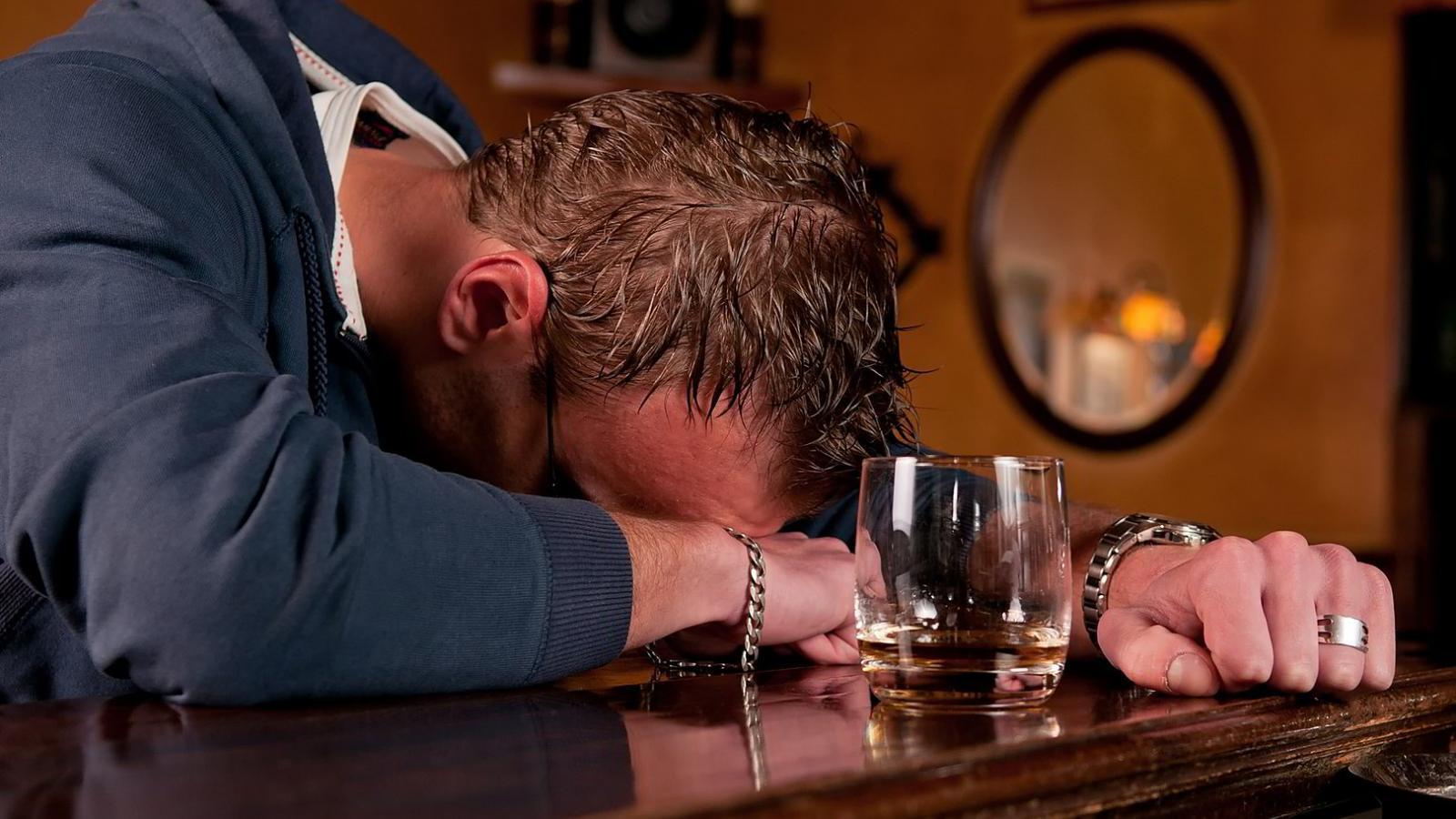 Посетитель кафе пил весь вечер и не смог расплатиться