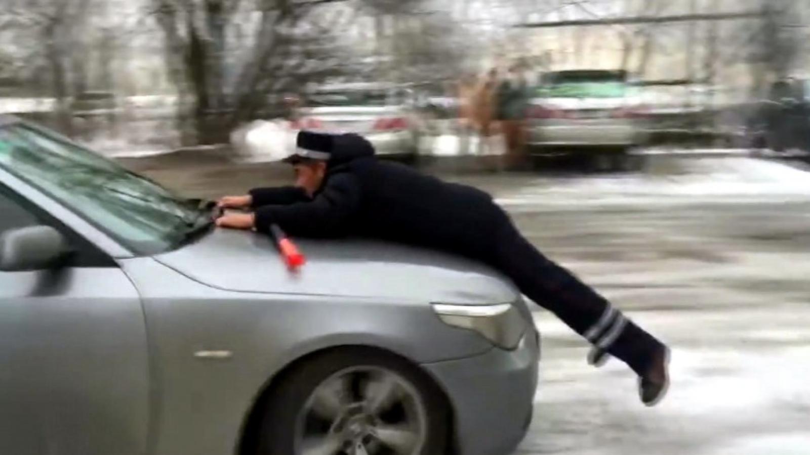 Пьяный водитель «прокатил» полицейского