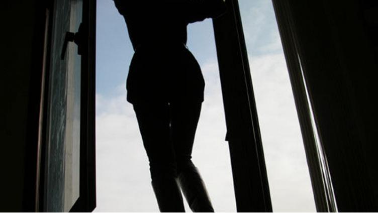 В городе металлургов из окна выпала 12-летняя девочка