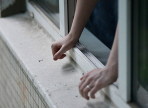Вологжанин, выбросившийся из окна девятого этажа, остался жив