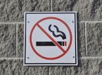 Россиянам могут запретить курить у подъездов жилых домов