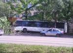 На улице Горького рейсовый автобус вылетел на тротуар: есть пострадавшие