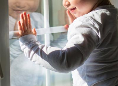 В Череповце из окна 5-го этажа выпала 2-летняя девочка