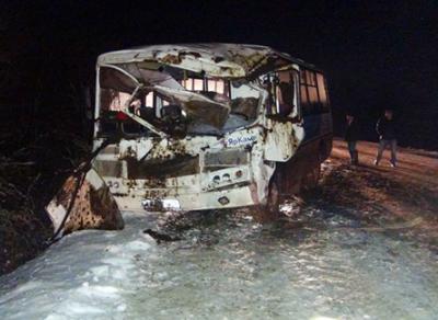 В Грязовецком районе столкнулись автобус и трактор