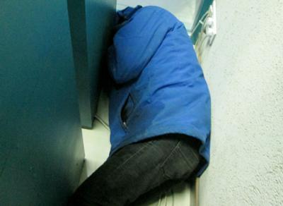 Пьяный вологжанин пытался спрятаться от бойцов Росгвардии за банкоматом
