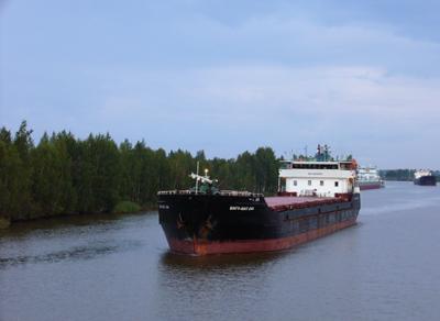 Нефтеналивная баржа получила пробоину в результате столкновения в Белозерском районе