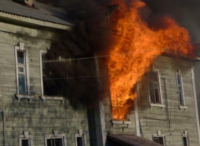 Во время пожара в одном из домов Вытегры пострадали шесть квартир