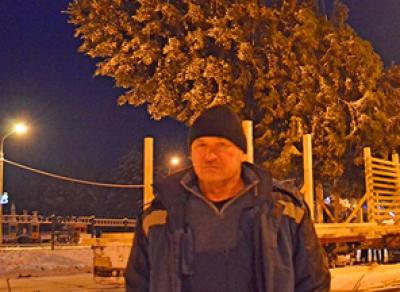 Помощник Деда Мороза везет через всю страну елку для крымчан