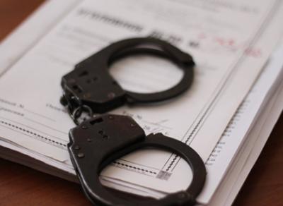 Женщина, избившая девочку из-за порванной обуви, обвиняется в разбое